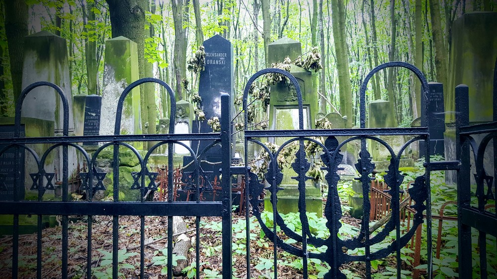 Warsaw Spies Jewish Warsaw Tour. Photo: Warsaw Jewish Cemetery