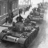 Kolumna czołgów T-55 wjeżdża do Zbąszynia 13 grudnia 1981 Autor G. Żołnierkiewicz
