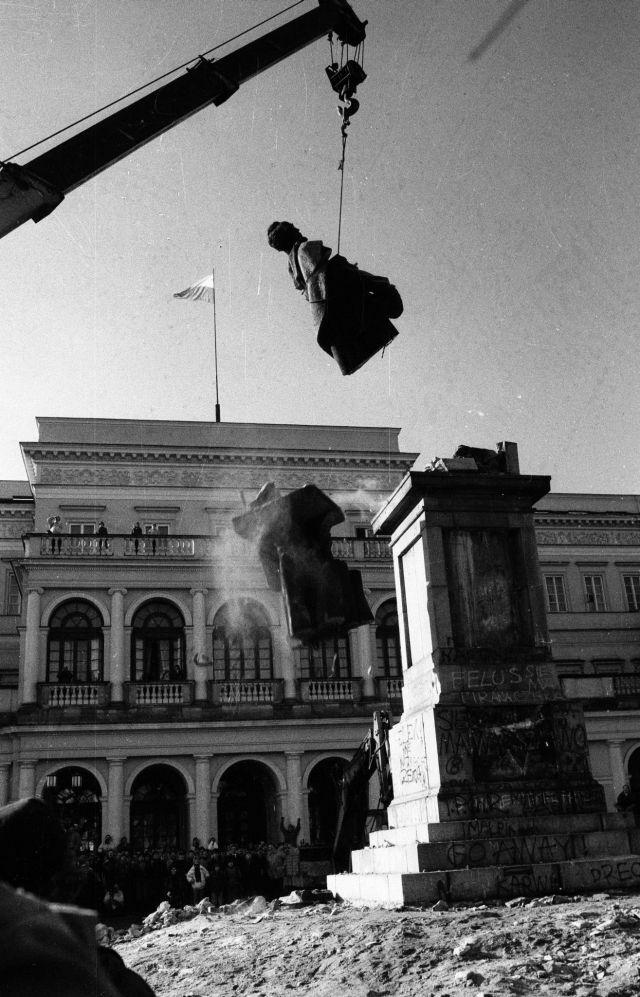 Desmantelamiento del Monumento de Dzierzynski, fundador de la KGB en la Plaza del Banco, Varsovia, 1989